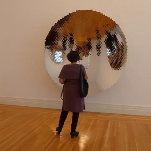 """Anish Kapoor: Betrachterin vor der Arbeit """"Hexagon Mirror"""" (2007), Foto: Klaas"""