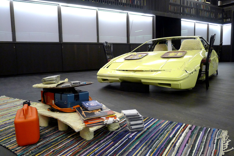 "Jason Rhoades: ""The Smoking Car To Illustrate The Aerodynamics Of Social Interaction (Monaco Fiero), 1994, Foto: Klaas"