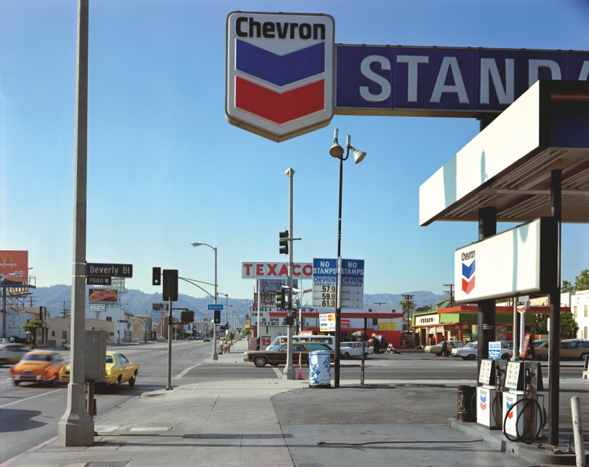 "Stephen Shore: ""Beverly Boulevard and La Brea Avenue, Los Angeles, California, Junie 21, 1975"" aus der Serie ""Uncommon Places"" 1973-81, © Stephen Shore, Courtesy 303 Gallery, New York"