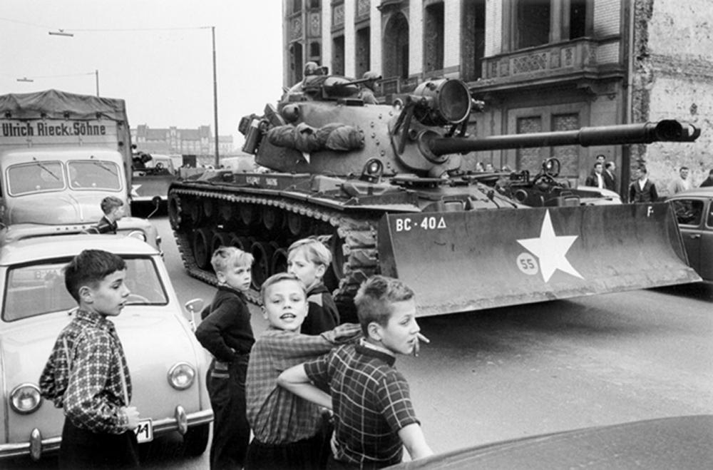 C|O Berlin Will McBride: Kinder vor einem Panzer der US Army in der Friedrichstraße . Oktober 1961 © Will McBride