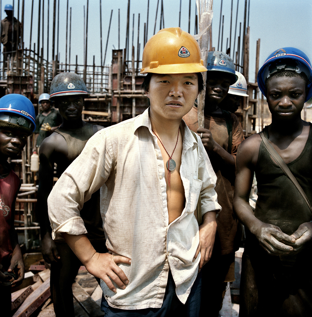 Paolo Woods On the building site of the Imboulou dam, Republik Kongo, aus der Serie Chinafrica, 2007 Archival Pigment Print auf Aluminium, 80 x 80 cm © Paolo Woods/INSTITUTE