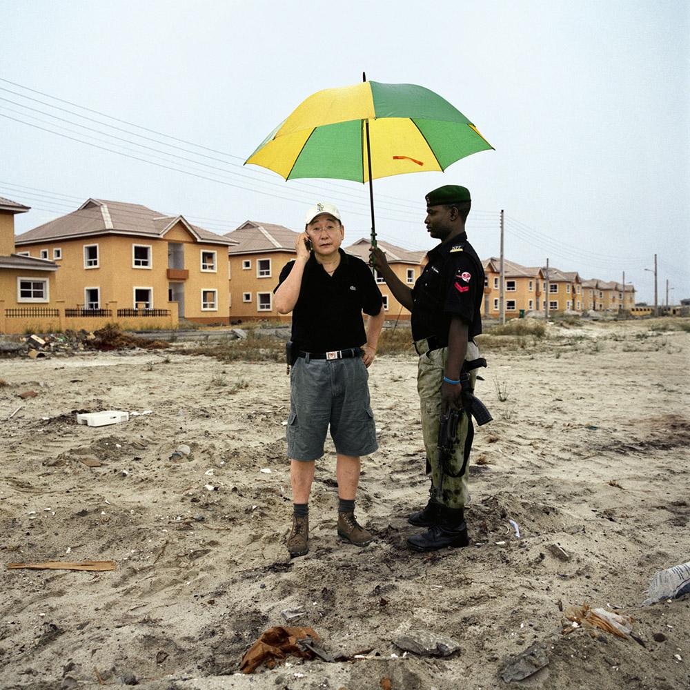 Paolo Woods Mr. Wood, Lagos, Nigeria, aus der Serie Chinafrica, 2007 Archival Pigment Print auf Aluminium, 80 x 80 cm © Paolo Woods/INSTITUTE
