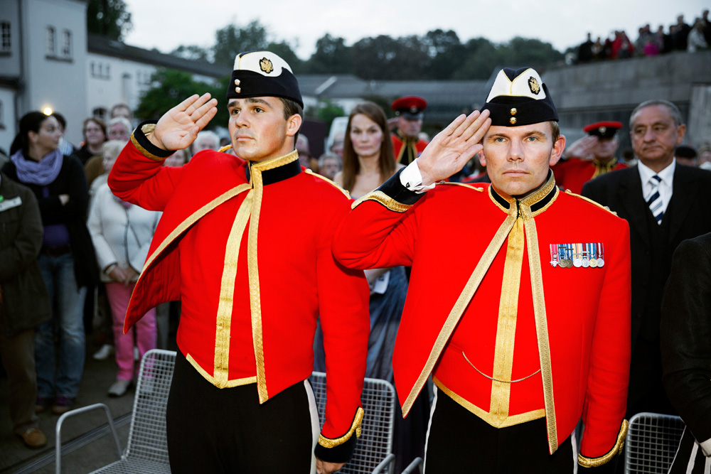 Martin Parr Britfest Paderborn, Abschlusszeremonie, Schloss Neuhaus, Paderborn, 2013  Beating the Retreat, Britfest, Schloss Neuhaus, Paderborn, 2013  Aus/From: WE LOVE BRITAIN!, 2013/14 Pigment Ink Print, 101,6 x 152,4 cm Besitz des Künstlers © Martin Parr / Magnum Photos