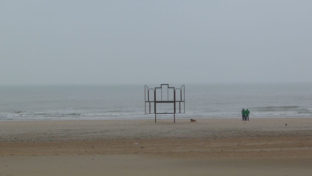 """Flandern-Tour: MuZEE: """"Das Meer"""": Kris Martin: """"Altar"""", 2014 , am Strand von Ostene Foto: Heiko Klaas"""