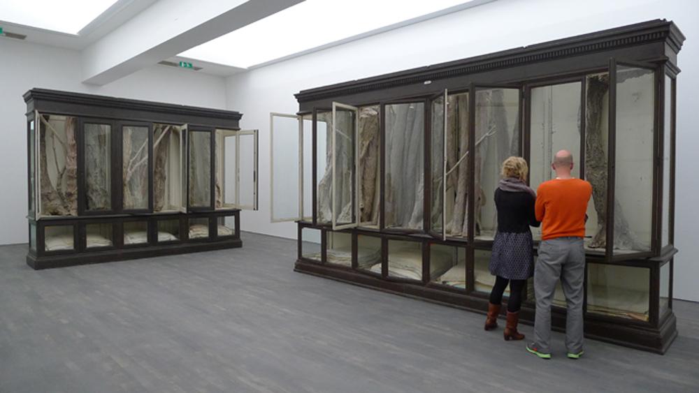 Flandern-Tour: S.M.A.K.: Berlinde de Bruyckere: Vitrinenschrnke mit Wachs-Exponaten und Wolldecken , Foto: Heiko Klaas