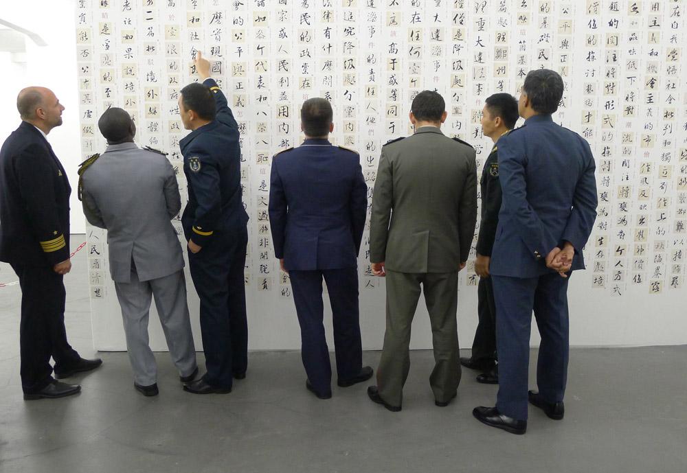 """Secret Signs: Besucher vor der Arbeit """"Divine Diatribe"""" (2014) von Ai Weiwei, Foto: Klaas"""