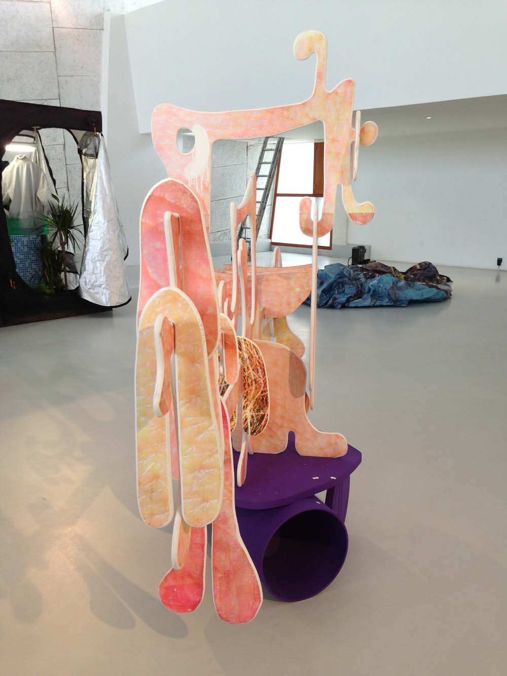 """Triangle: Blick in die Ausstellung """"Cool as a State of Mind"""" im MAMO, Foto: Heiko Klaas"""