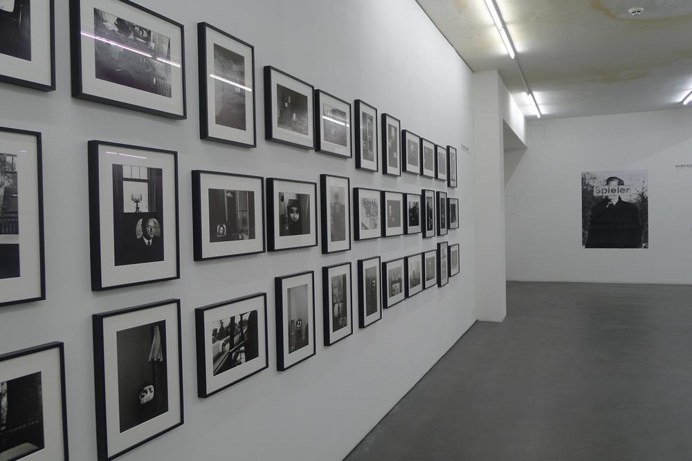 Selbstjustiz durch Fehleinkäufe: Blick in die Ausstellung, links: Fotoserie von Lee Friedlander, Foto: Klaas