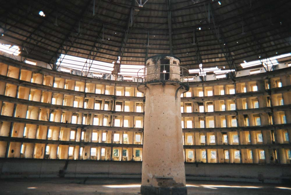 Innenansicht des Presidio Modelo, eine nach dem Vorbild des Panopticons entworfene Strafanstalt auf der kubanischen Insel Isla de la Juventud. I, Friman [GFDL (http://www.gnu.org/copyleft/fdl.html), CC-BY-SA-3.0 (http://creativecommons.org/licenses/by-sa/3.0/) oder CC BY-SA 2.5-2.0-1.0 (http://creativecommons.org/licenses/by-sa/2.5-2.0-1.0)], via Wikimedia Commons