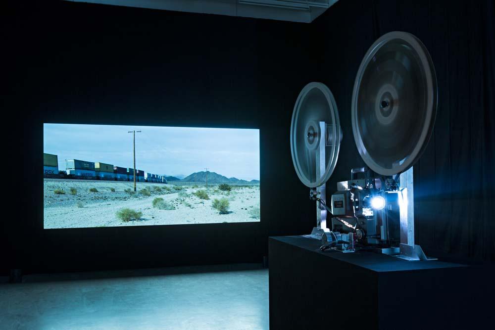 James Benning, Decoding Fear, 2015: RR/BNSF, 2007/2013/2014, HD Video- und 16mm-Filminstallation. Kunstverein in Hamburg, Foto: Fred Dott. Courtesy James Benning, neugerriemschneider, Berlin.