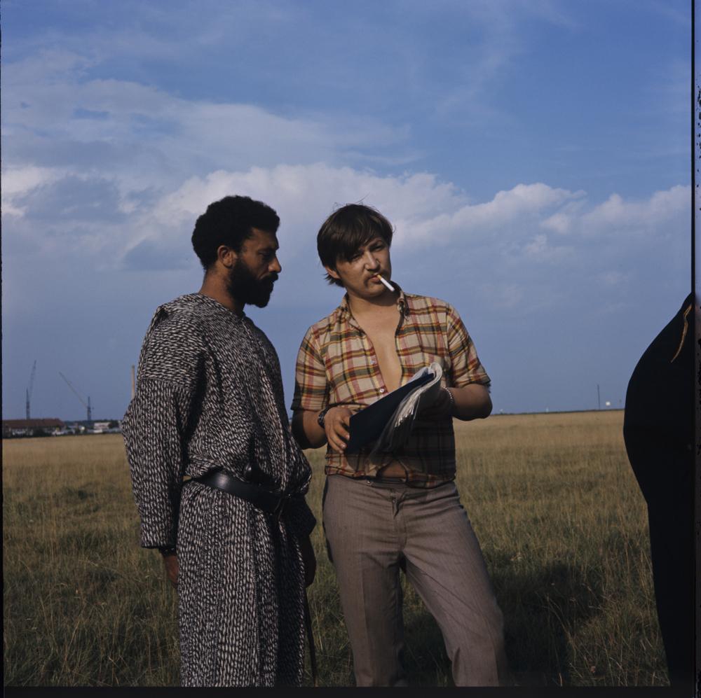 Fassbinder: Rainer Werner Fassbinder und El Hedi ben Salem am Set von HÄNDLER DER VIER JAHRESZEITEN, 1971 © Deutsches Filminstitut, Frankfurt am Main Foto: Peter Gauhe
