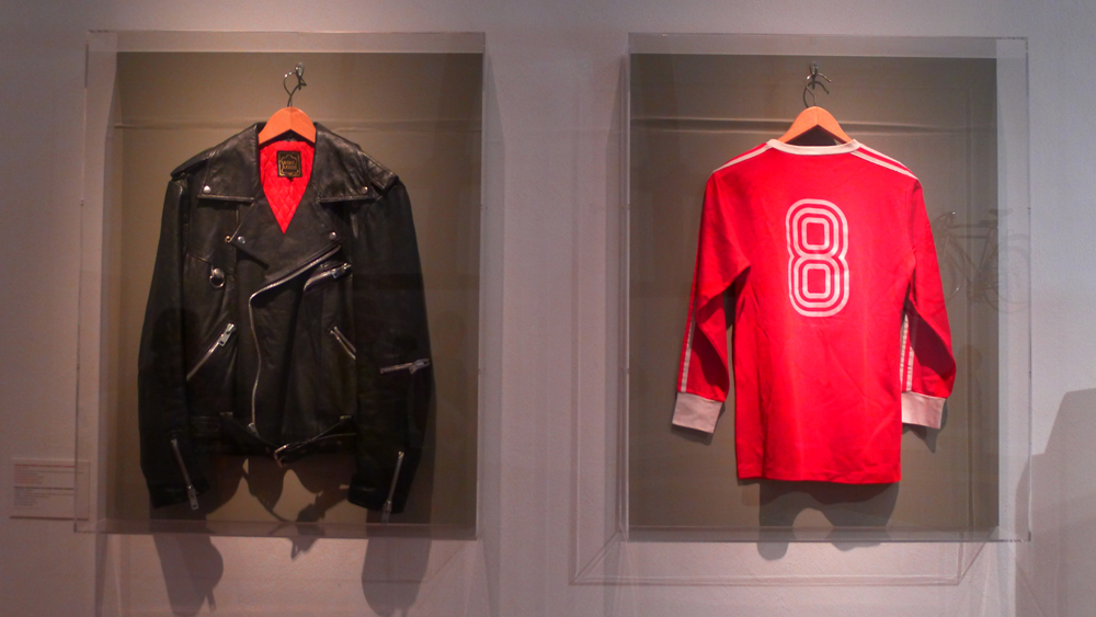 Fassbinder: Fassbinders Lederjacke und sein Trikot des FC Bayern München 1974 (Rückennummer 8: Paul Breitner), Foto: Klaas