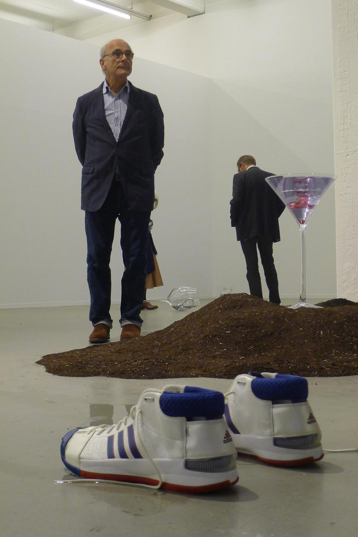 """Nina Beier, im Vordergrund: """"Human Resource Industries"""", 2013, dahinter: """"Plunge"""", 2014/15, Foto: Klaas"""