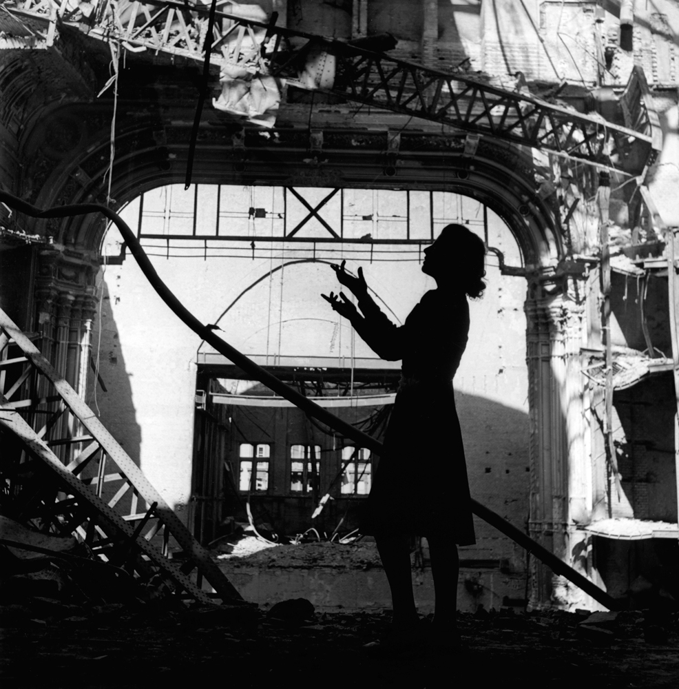 Lee Miller: Irmgard Seefried, Opernsängerin, singt eine Arie aus Madame Butterfly, Wiener Opernhaus, Wien, 1945 © Lee Miller Archives England 2015. All Rights Reserved.