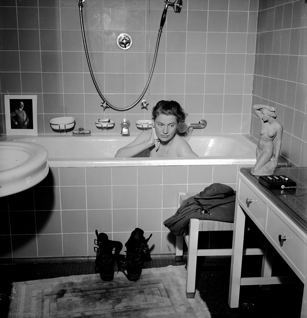 Lee Miller: Lee Miller with David E. Scherman Lee Miller in Hitlers Badewanne, München, Deutschland, 1945 © Lee Miller Archives England 2015. All Rights Reserved.