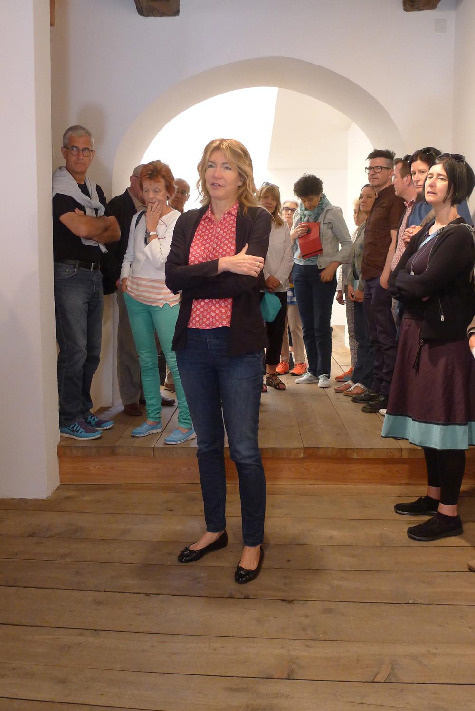 Art Weekend Hotel Castell: Monica de Cardenas erklärt den Teilnehmern die Ausstellung von Gianni Colombo, Foto: Heiko Klaas