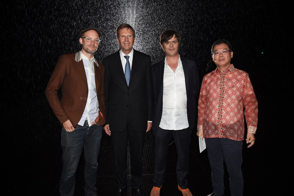 von Links: Florian Ortkrass (Random Internatonal), Jochem Heinzmann (President and CEO of Volkswagen Group China), Hannes Koch (Random International), Budi Tek (Founder of Yuz Museum and Yuz Foundation), Foto: Volkswagen