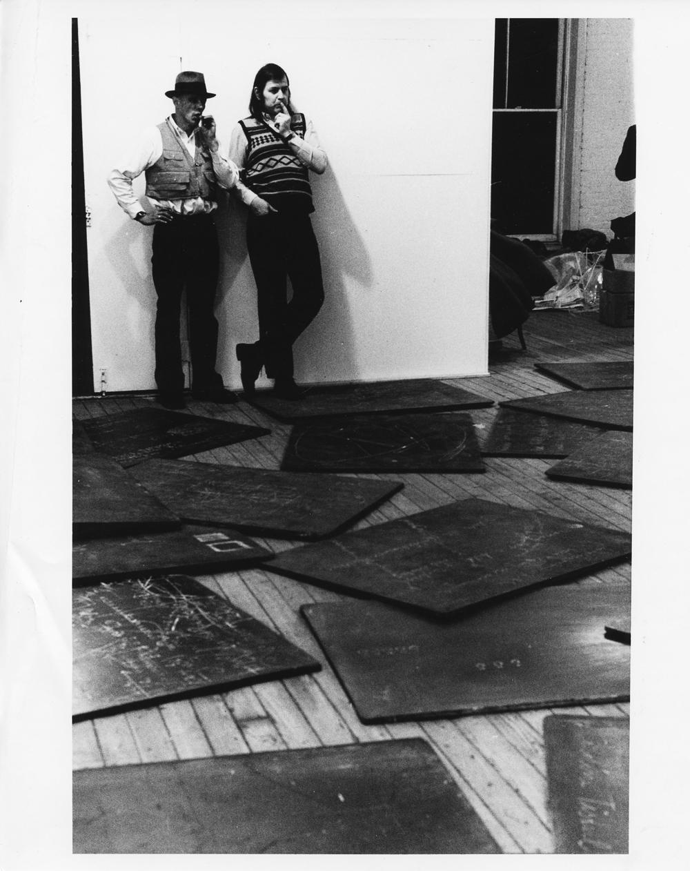 "Art Weekend Berlin: Joseph Beuys, René Block, Aufbau der Ausstellung ""Richtkräfte `74"", René Block Gallery, New York 1975, Foto: Archiv Block"