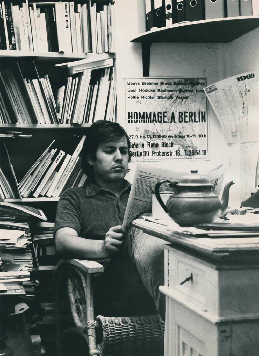 """Art Weekend Berlin: René Block im Büro seiner Galerie mit Plakat """"Hommage à Berlin"""", 1969, Foto: KP Brehmer / KP Brehmer Nachlass, Berlin"""