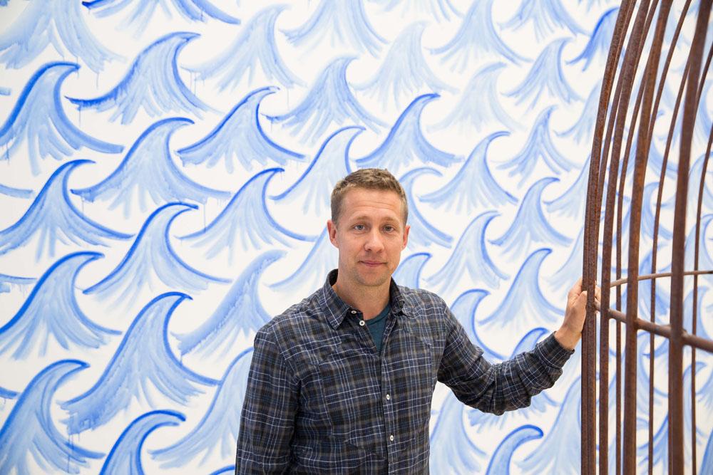 Stress ade: Der dänische Künstler Jeppe Hein hat die zentrale Halle des Kunstmuseums Wolfsburg in einen Wohlfühl- und Entschleunigungsparcours verwandelt. In der labyrinthisch angelegten Ausstellung mit vielen interaktiven Installationen thematisiert er seinen Burnout – er zeigt aber auch dem Betrachter Wege zu mehr innerer Ruhe und Gelassenheit auf.