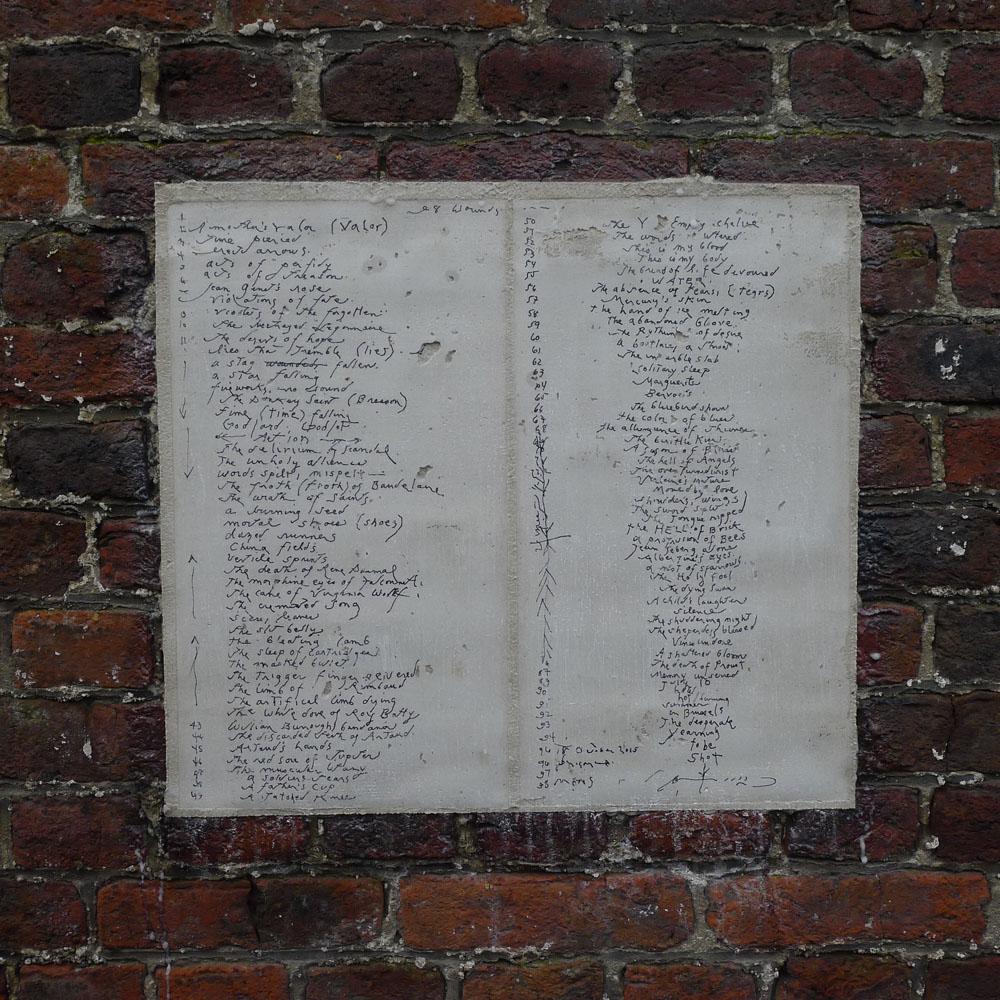 """Mons: Gedicht """"98 Wounds"""" von Patti Smith am Gefängnis von Mons, Foto: Klaas"""