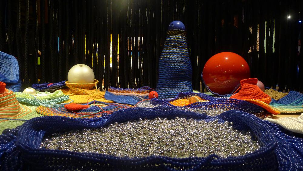 Werk von Maria Nepomuceno - Untitled. Cordes, perles et tissus. Victoria Miro Gallery, Londres.  Foto: Heiko Klaas