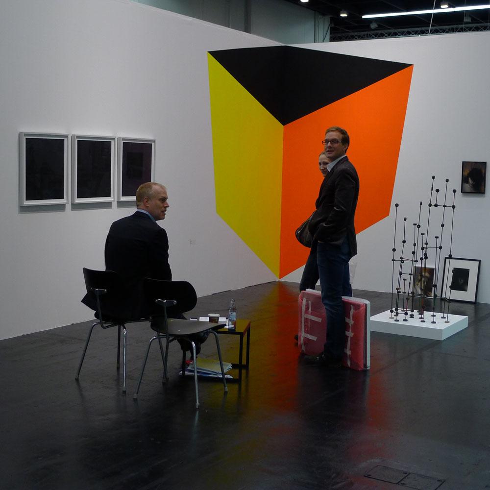Art Cologne: Verkaufsgespräch auf der Art Cologne, Foto: Klaas