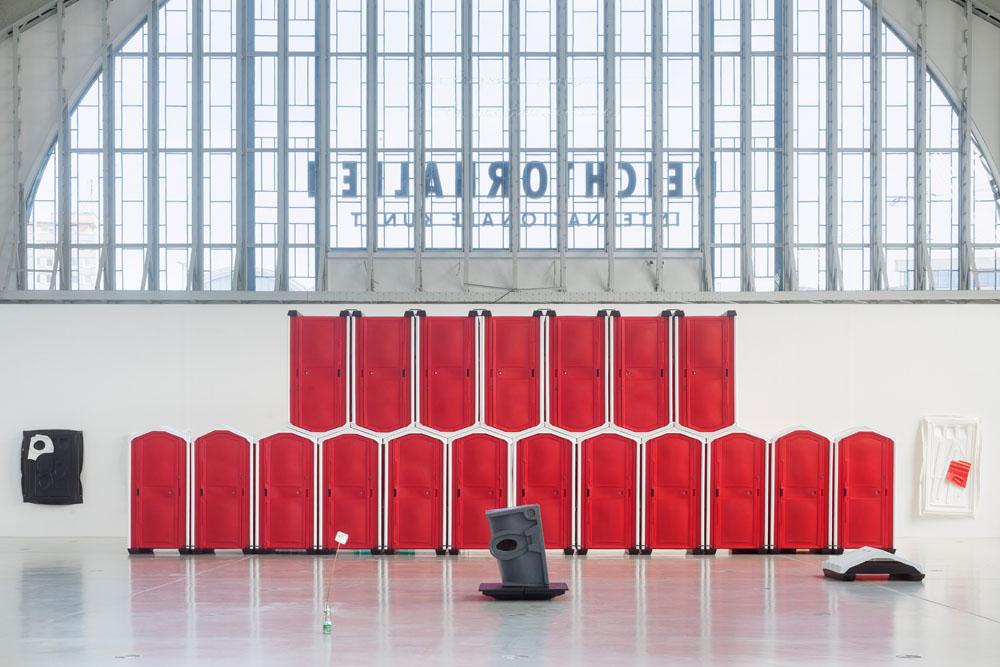 Andreas Slominski – DAS Ü DES TÜRHÜTERS (Detail), Installation in der Halle für aktuelle Kunst der Deichtorhallen Hamburg, 14. Mai – 21. August 2016. Foto: Henning Rogge / Deichtorhallen Hamburg.
