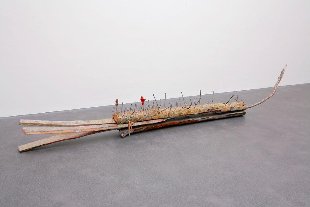 Michael Buthe, Krokodil, 1973, Holz, Eisen, Nägel und Tücher, 70x50x450 cm, Kunstmuseum Luzern