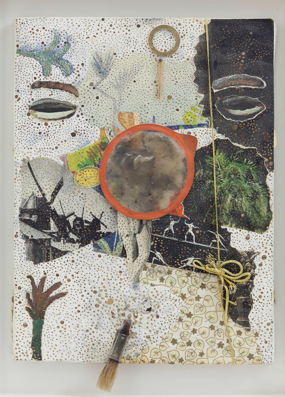 Michael Buthe, ohne Titel, frühe 1970er-Jahre Collage, Foto, goldene Verpackungslitze, Deckel einer Dose in Wachs mit Gummiring, Teil eines Pinsels, aufgeklebt, Goldbronze auf Papier auf Leinwand, Kunstmuseum Luzern, © Pro Litteris, Zürich
